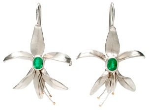 es.ar.2– Liz flower, earrings, 18 karat palladium grey gold, Colombian emerald