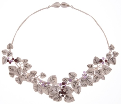 je.co.2– Leaf litter, necklace, 950 silver, patina, garnet, amethyst