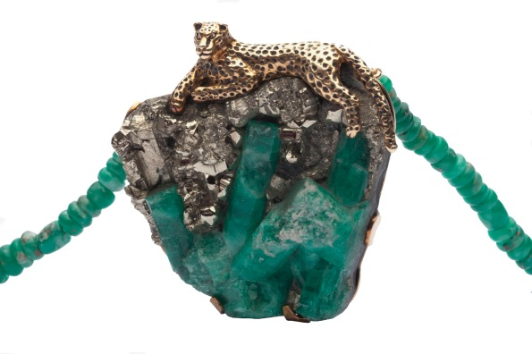 to.co.3– Jaguar, necklace, 18 karat gold, patina, rough natural emerald with emerald crystal, calcite and pyrite