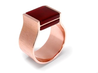 wa.an.4– Ishó (Comunication and strenght), ring, 18 karat red gold, red cornelian